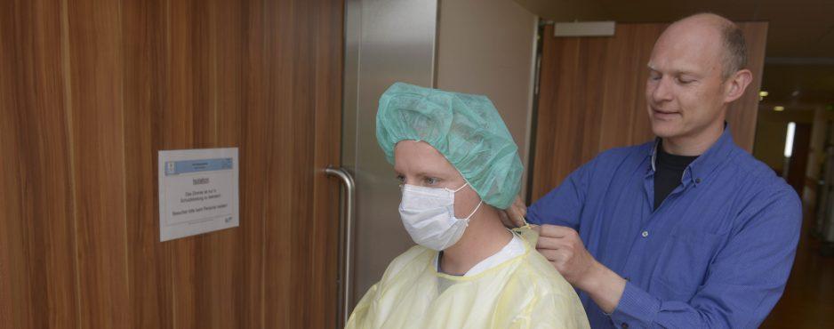 Herzerfrischend LEW5797-e1495021388601-938x370 Was ist Schutzkleidung im Krankenhaus? Hygiene Mitarbeiter berichten